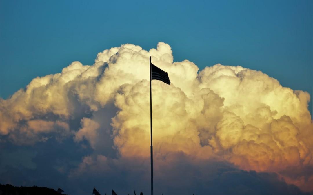 Co sprawia, że coraz więcej firm sięga po flagi reklamowe?